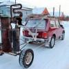 Автомобиль на еловых шишках, дровах и навозе